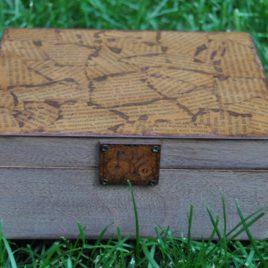 Caja de madera decorada con libro antiguo